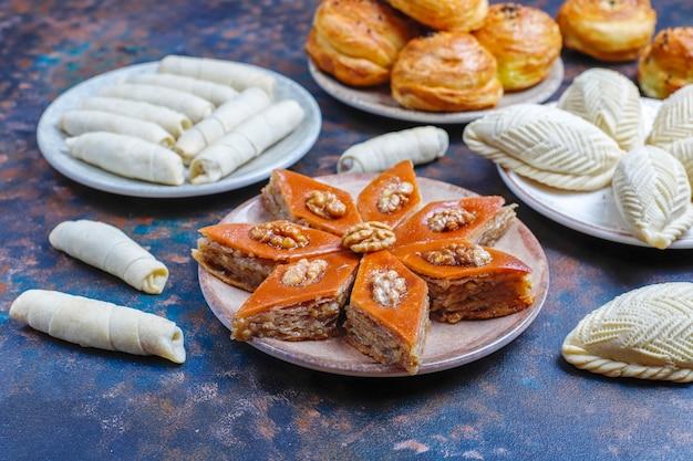 伝統的なアゼルバイジャンの休日ノウルーズのお菓子、shekerbura、qogal、paxlava、mutaki。