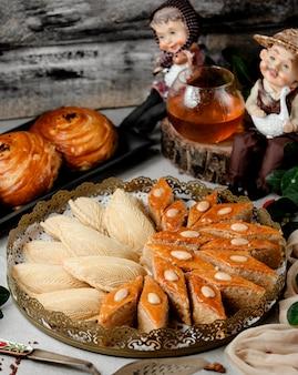 Традиционная азербайджанская выпечка, шакарбура и бахлавская тарелка