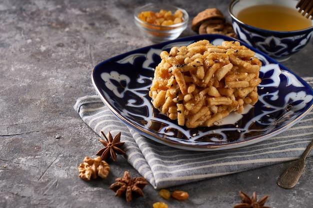 Традиционный азиатский торт чук чук с медом и орехами