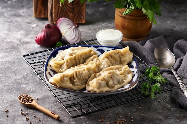 伝統的なアジアンマンティ、ひき肉入り餃子
