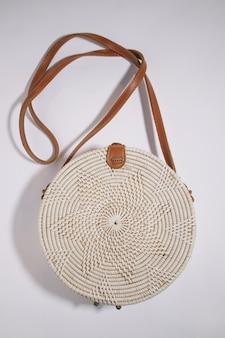 흰색 등나무로 짠 전통 가방