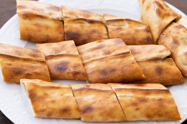 伝統的な焼きたてのトルコのピタ