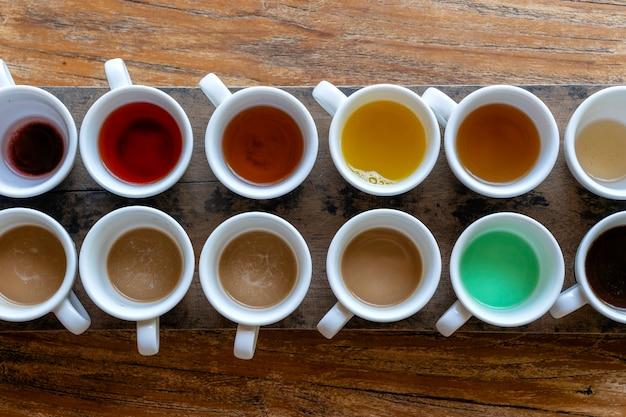 인도네시아 발리 섬 우붓에 있는 나무 테이블에서 테스트한 후 전통 발리식 커피와 차가 닫힙니다.