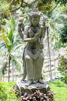 인도네시아 발리 섬 우붓에 있는 신이나 신화적인 신을 묘사한 전통 발리 석상