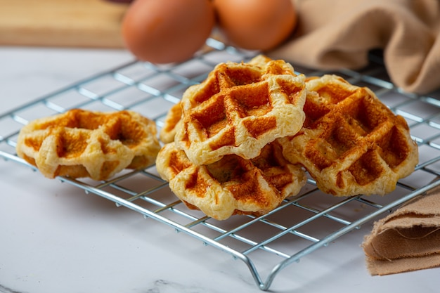전통적인 벨기에 와플, 블러드 오렌지와 블루 베리 드레싱과 달콤한 아침 식사, 밝은 배경에 구성에 대 한 커피 한잔.
