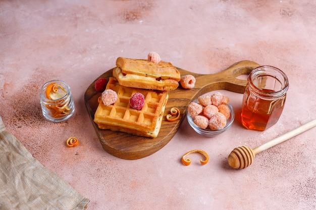 꿀과 냉동 딸기를 곁들인 전통적인 벨기에 와플.