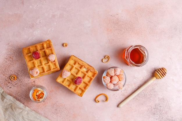 Cialde belghe tradizionali con miele e frutti di bosco congelati.