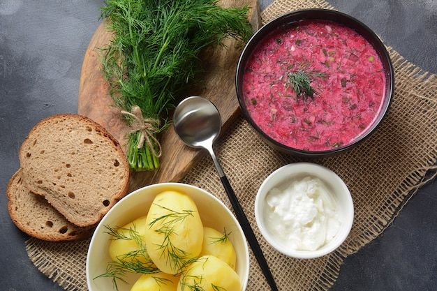 Традиционный белорусский, русский и украинский холодный крем-суп из свеклы