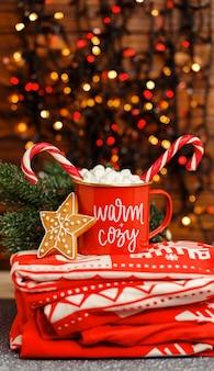 Традиционный напиток для зимней кружки с рождественским декором