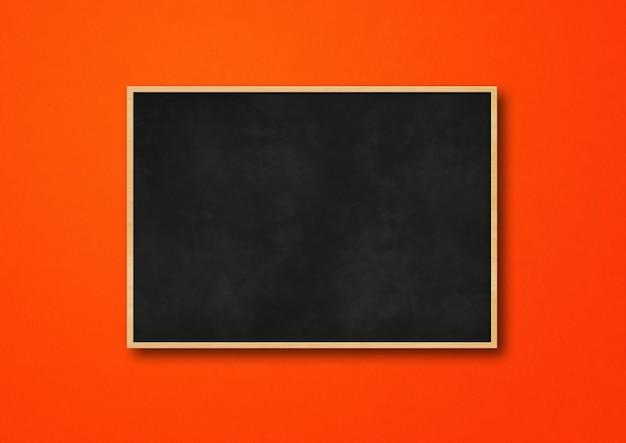 Традиционная черная доска, изолированная на красном