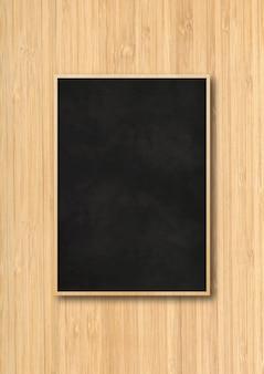 木製の背景に分離された伝統的な黒板