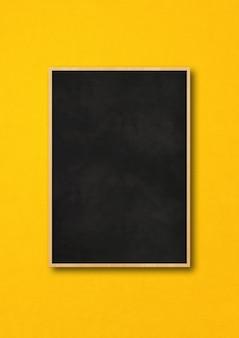 Традиционная черная доска, изолированная на желтом фоне.