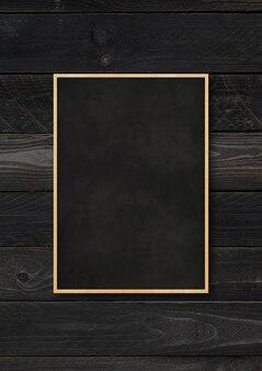 검은 나무 배경에 고립 된 전통적인 칠판입니다. 빈 세로 모형 템플릿
