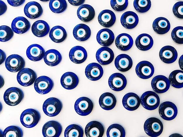 伝統的な青いガラスビーズトルコ文化の邪眼から守るための有名な幸運のお守り