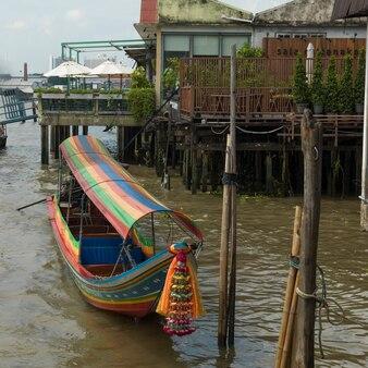 Традиционная лодка, пришвартованная на скамье подсудимых, бангкок, таиланд