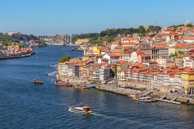 ポルトガルのポルト市のドウロ川にある、ワイン樽を備えた伝統的なボート。