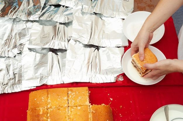 Традиционный бразильский торт bolo gelado на бразильском португальском языке шаг за шагом.