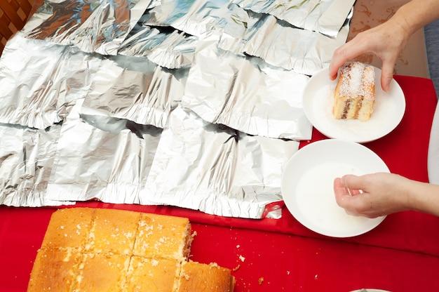 Традиционный бразильский торт под названием bolo gelado на бразильском португальском языке.