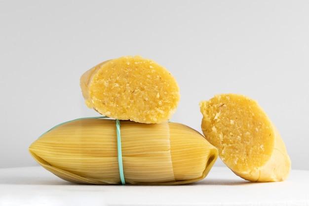 Традиционная бразильская закуска из кукурузы, памонья, на белом фоне.
