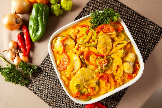 Moqueca de peixe라는 브라질 전통 요리. 흰 그릇에 대구 물고기입니다.