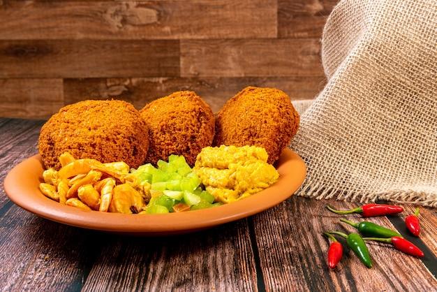 Традиционные бразильские пельмени с черноглазым горошком и луком