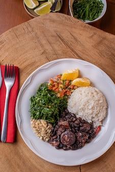 Традиционная бразильская фейжоада на тарелке