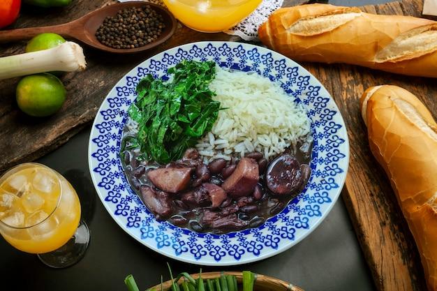 양배추와 쌀을 곁들인 브라질 전통 페이조아다