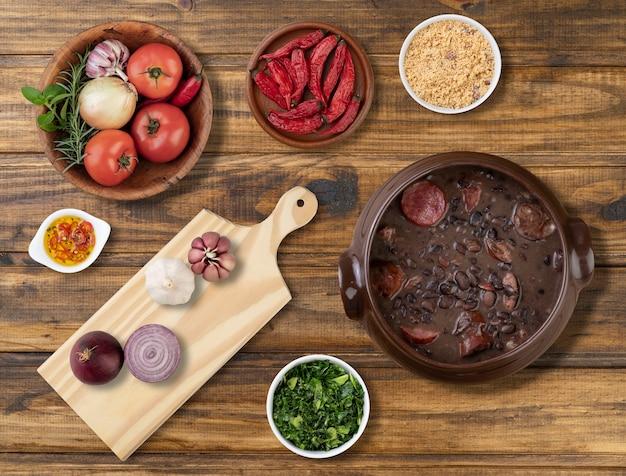 재료, 케일 및 마니 옥 가루로 만든 전통적인 브라질 페이 조아 다.