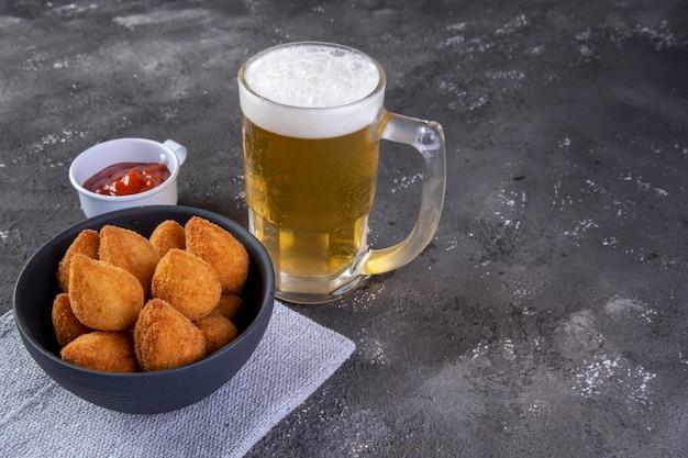 닭고기와 맥주 한 잔으로 속을 채운 브라질 전통 튀김 간식. 콕시냐.