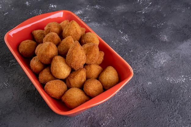 鶏肉を詰めた伝統的なブラジルの揚げスナック。コシーニャデフランゴ。