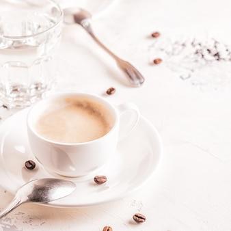 Традиционный завтрак со свежими круассанами на белом фоне