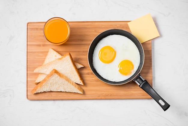 접시에 계란 프라이를 곁들인 전통적인 아침 식사
