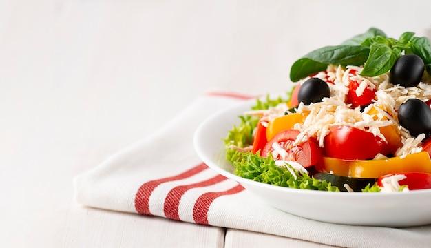伝統的なブルガリア料理、ショプスカサラダ、野菜とチーズ、白い背景、人なし、水平、。高品質の写真