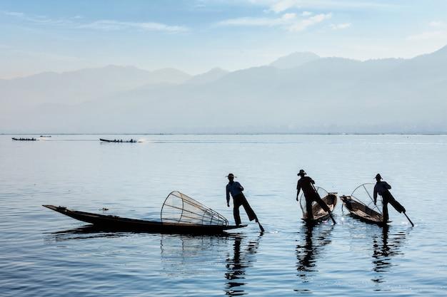 Традиционный бирманский рыбак на озере инле, мьянма