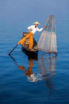 インレー湖で伝統的なビルマの漁師