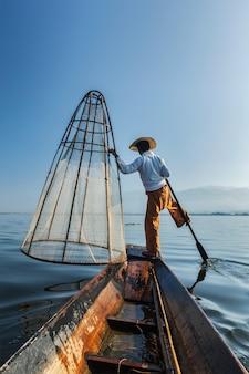ミャンマーの湖で伝統的なビルマの漁師