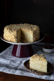 Традиционный торт наполеон из слоеного теста со сливочным кремом