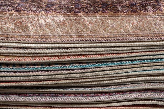 Традиционные ковры для продажи на уличном рынке