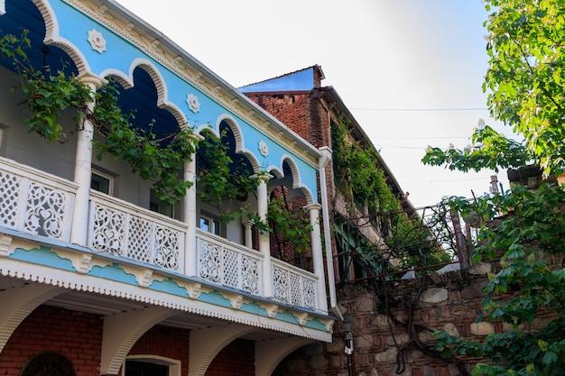 조지아 트빌리시의 구시가지에 있는 전통적인 조각된 발코니와 다채로운 주택