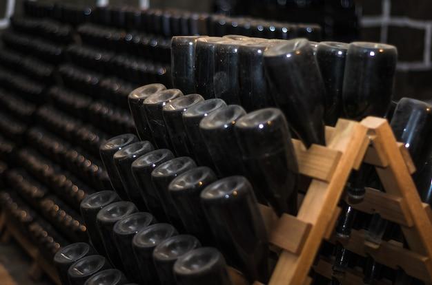 二次発酵のために保管されている伝統的なシャンパンボトル