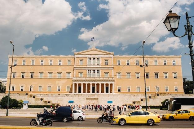 Традиционная церемония смены караула перед зданием парламента греции на площади синтагма.