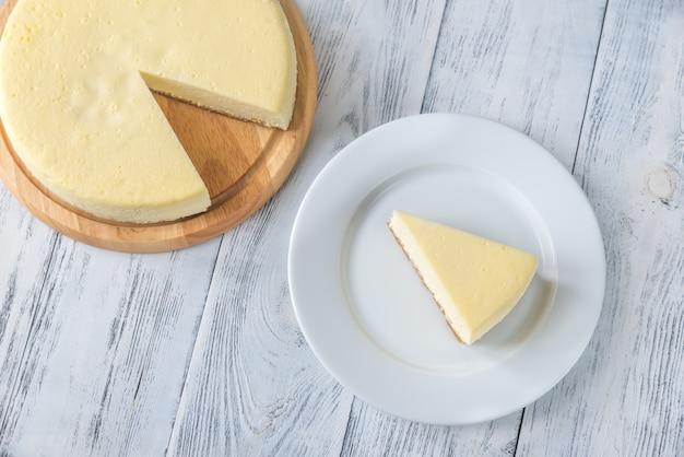 나무 테이블에 전통적인 치즈 케이크
