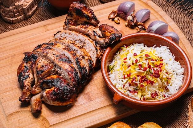 Традиционные куриные лаванги на деревянной доске, рисовый лук, грецкие орехи, веселая слива