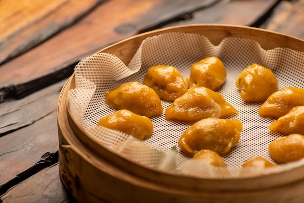 Традиционные китайские банкетные блюда, вареные пельмени с кукурузной кожурой