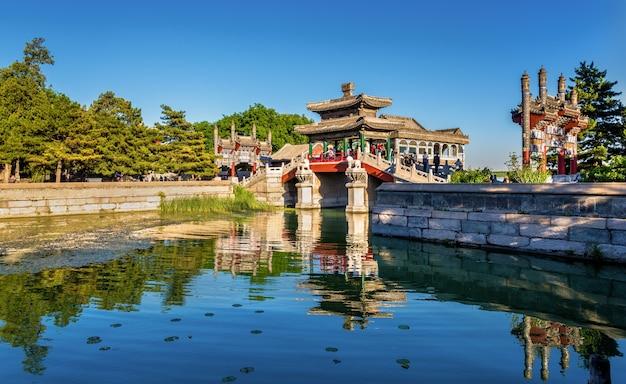 Традиционный китайский мост в летнем дворце в пекине, китай