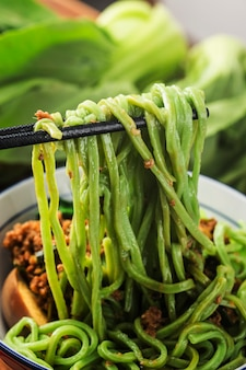 Традиционная китайская кухня: шпинатная лапша