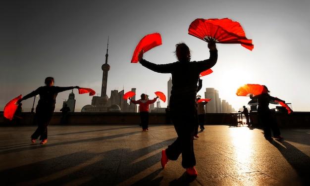 Традиционный китайский танец с веерами.