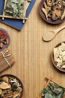 전통 중국의 술과 대나무에 고대 의료 책