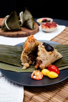 Традиционные китайские рисовые клецки из липкого риса. ба джанг еда.
