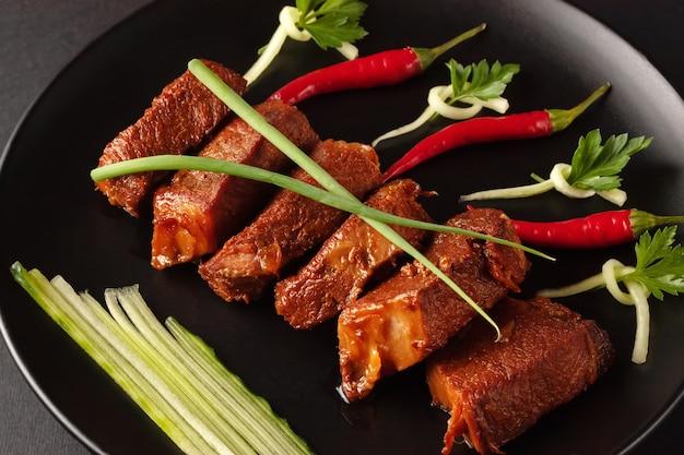 伝統的な中国の屋台の食べ物、揚げ豚肉